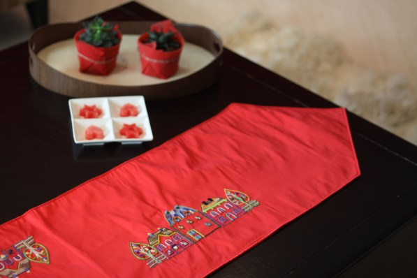 Table runner wls wtr004_the houses Material : taffeta Colour : red with 2 red tassels Length : 197cm Width : 33cm