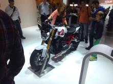 R1200R. Fast schon Ducati-esk in der Farb-Rahmen-Kombi.