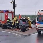 """PILNE: Samochód osobowy uderzył w słup na krajowej """"10"""" w Nakle"""