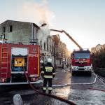 Złotów: Pożar mieszkania w kamienicy. Na miejscu kilka zastępów straży pożarnej.