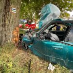 Komierówko: Samochód osobowy uderzył w drzewo