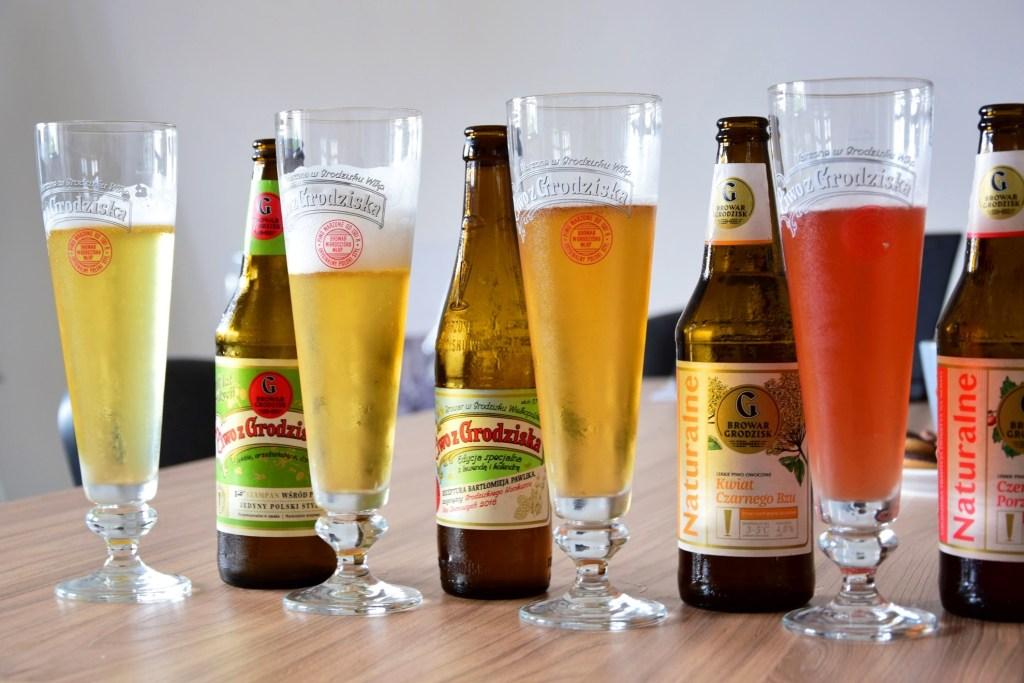 Butelki i szklanki z piwem
