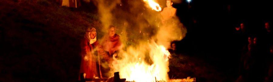 Inscenizacja dziadów w grodzie w Gieczu. Rekonstrukcja obrzędów słowiańskich