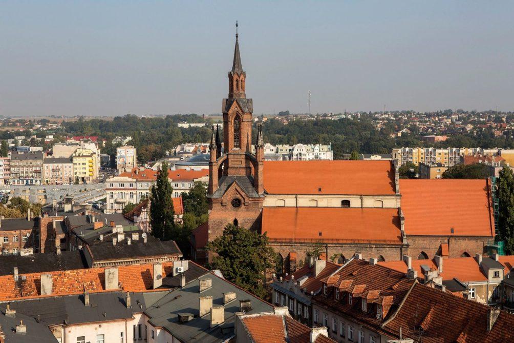 Katedra w Kaliszu, widok wieży katedralnej nad dachami miasta