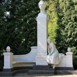 Pomnik Juliusza Słowackiego w parku obok pałacu w Miłosławiu