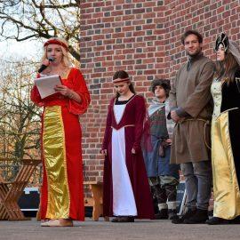Otwarcie Baszty Dorotki. Grupa osób w strojach historycznych na scenie.