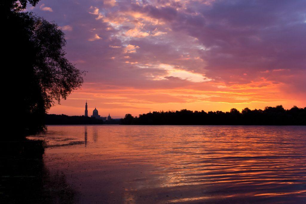 Widok na jezioro licheńskie i bazylikę