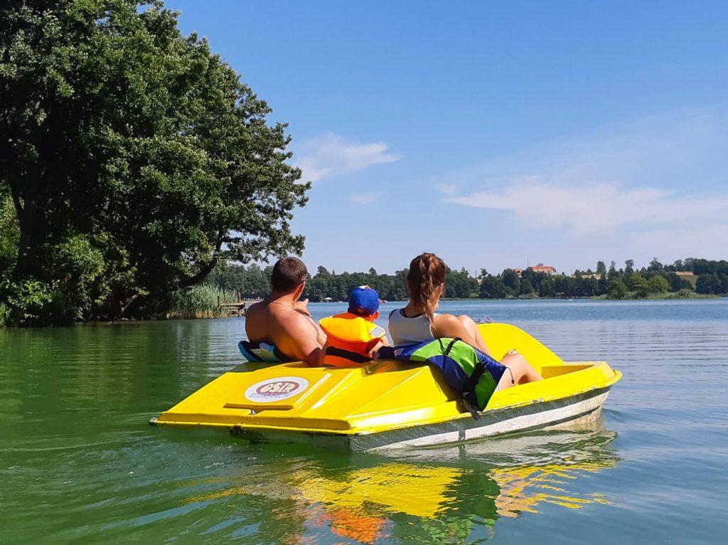 Turyści na rowerze wodnym na jeziorze