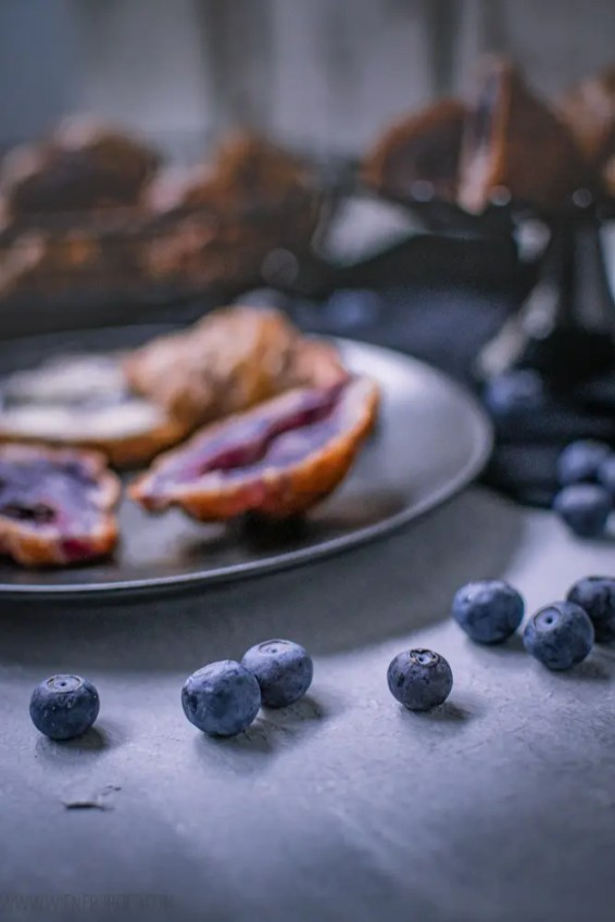 Blaubeer-Croissants, klassische Buttercroissants mit Blaubeerbutter, lila Croissants mit Blaubeer-Füllung / Blueberry croissants, classic butter croissants colored purple with blueberry butter and filled with blueberries [wienerbroed.com]