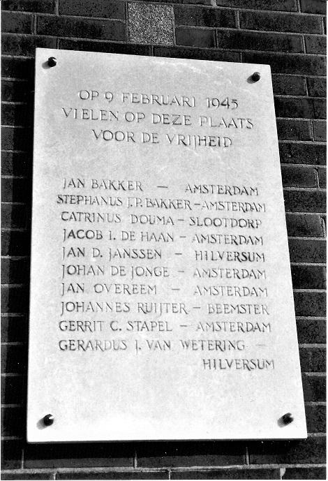 Plaquette aan de Prins Hendrikkade in Zaanstad voor de tien gefusilleerden op 9 februari 1945