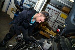 KFZ-Mechaniger bei der Arbeit