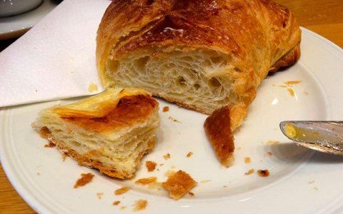 Chroissant mit Butter und Konfitüre