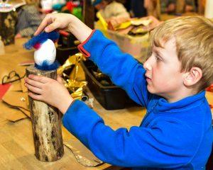 Die Kreativwerkstatt in der Fasanerie lädt Kinder immer wieder zum Malen und Basteln ein. Foto: Volker Watschounek
