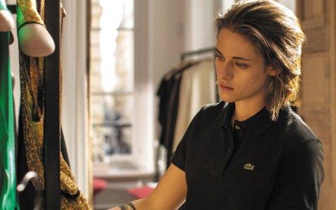 Maureen (Kristen Stewart) auf Kleidersuche.