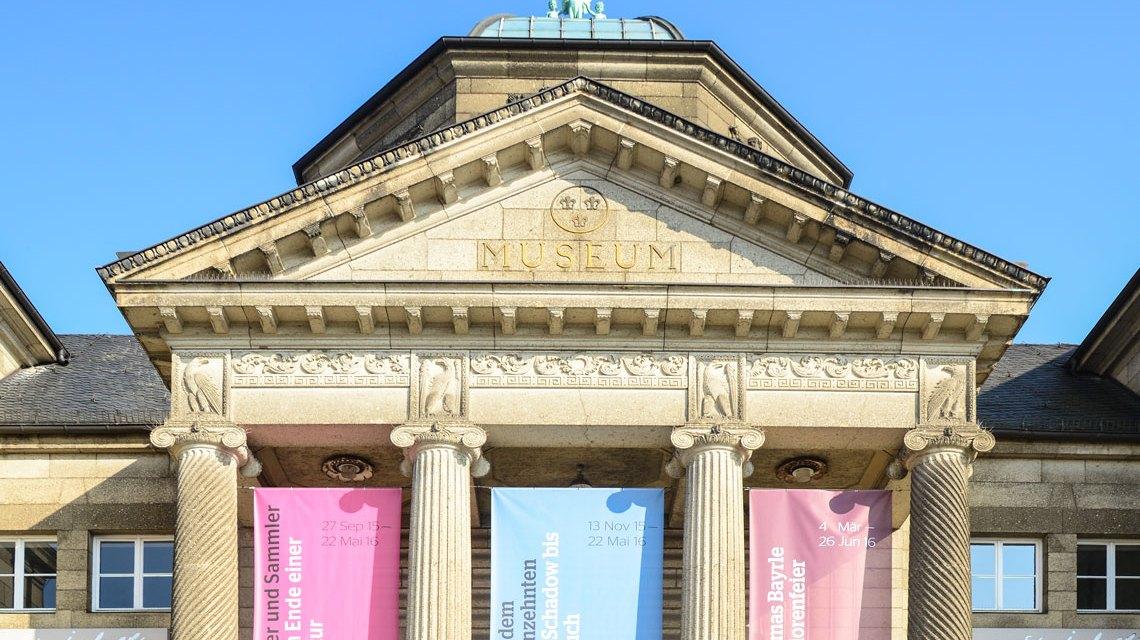 Eingang zum Hessischen Landesmuseum Wiesbaden. Foto: Volker Watschounek