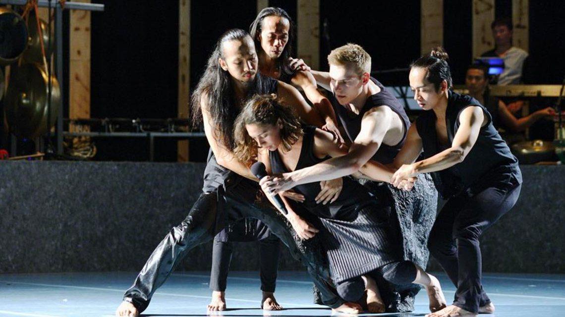 Light: Choreografie von Andrea Leine & Harijono Roebana Musik von Iwan Gunawan Koproduktion des Chassé Theaters Breda. Foto: Staatstheater Wiesbaden