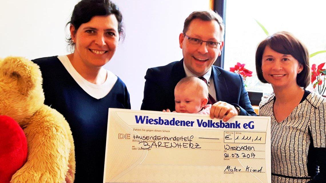 von links: Nicole van der Gathen (Bärenherz Stiftung), Oliver Bischof und Bettina Bischof mit Tochter Laura.
