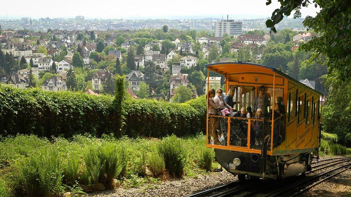Nerobergbahn: Die Fahrt mit der zweitältesten mit Wasserballast betriebene Drahtseil-Zahnstangenbahn Europas ist immer ein Erlebnis. @2017 ESWE Verkehr