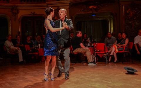 Salon-Tango, Gabriel Sala zusammen mit seiner jungen (Tanz-)Partnerin Carla Pulvermacher . Bild: Volker Watschounek