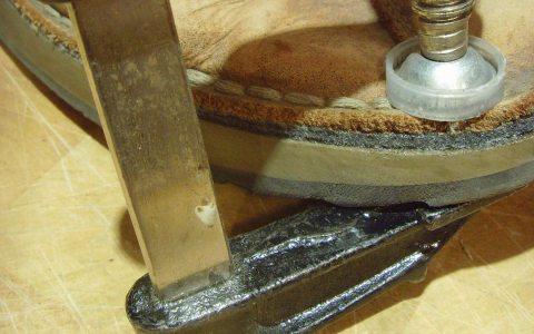 Repair Café - Schuhe kaputt? Wegschmeißen, zum Schuster bringen oder selber reparieren? Bild: M. Goßmann / pixelio.de