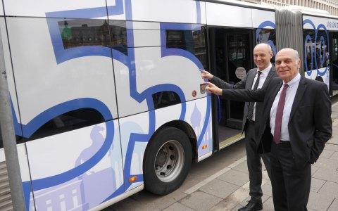 Allzeitrekord auf dem umgestalteten ESWE-Bus: Die ESWE Verkehr Geschäftsführer Frank Gäfgen (links) und Hermann Zemlin. Foto: ESWE