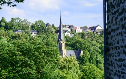 Blick von der Burg Sonnenberg auf die Herz Jesu Kirche. Bild: Volker Watschounek