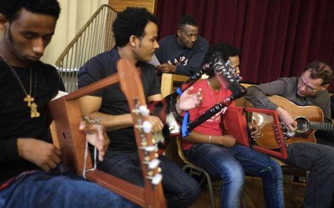 Begegnung von Musikern im Konzertsaal. Bild: Bridges musikverbindet