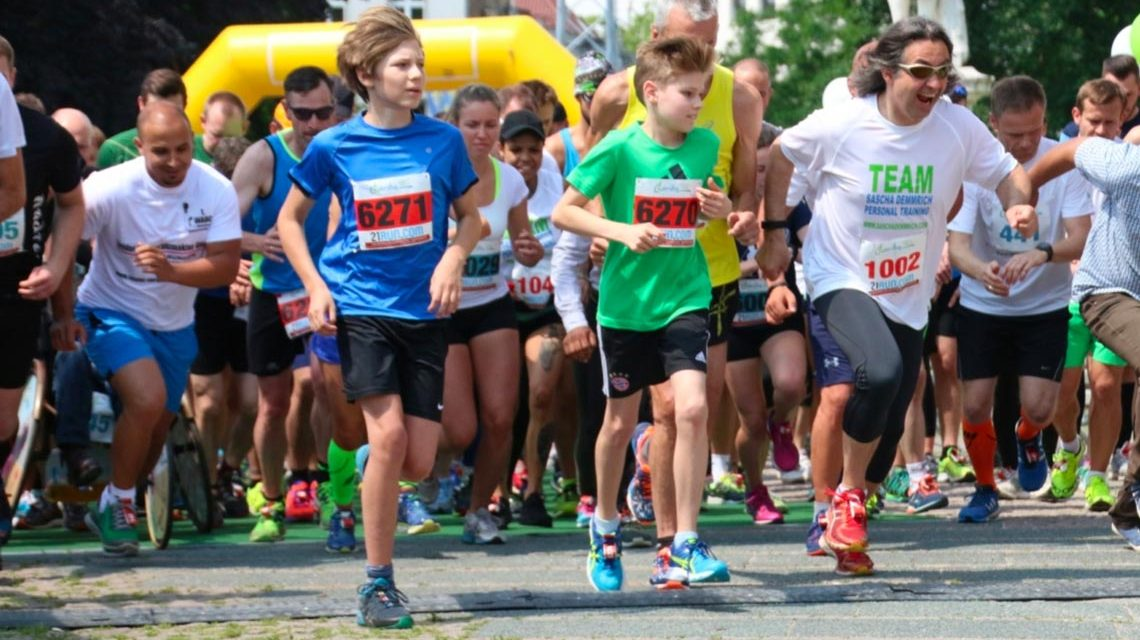 Start beim Charity Walk & Run 2016 am Schillerdenkmal in Wiesbaden. Bild: Ayla Wenzel