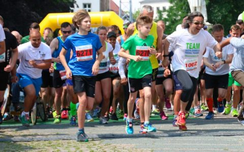 Start beim Charity Walk & Run 2016 am Schillerdenkmal in Wiesbaden. Bild: Ayla Wenzel
