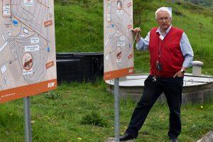 Peter Pohlen an den Schautafeln auf dem Deponie-Lehrpfad. Bild: Birgit Glindmeier
