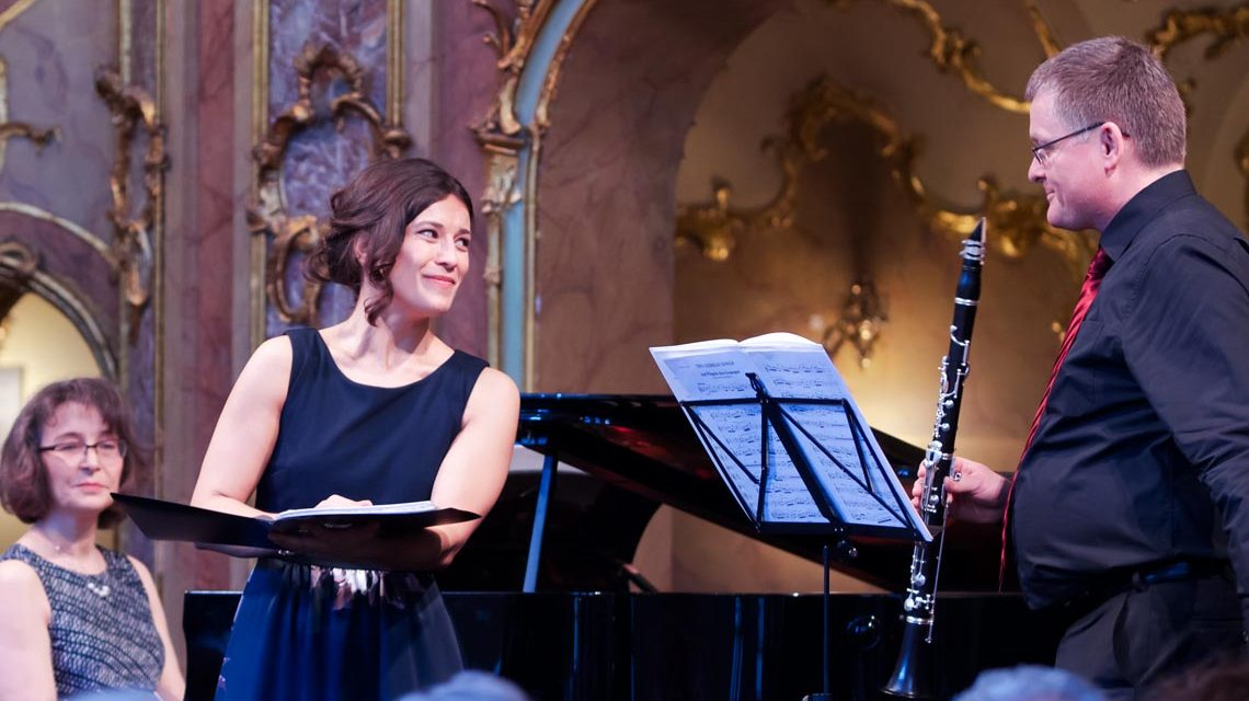 Grloria Rehm mit Noten in der Hand begleitet von Thomas Eckardt an der Klarinette und Jlia Palmova am Klavier. Bild: Brigitta Trost