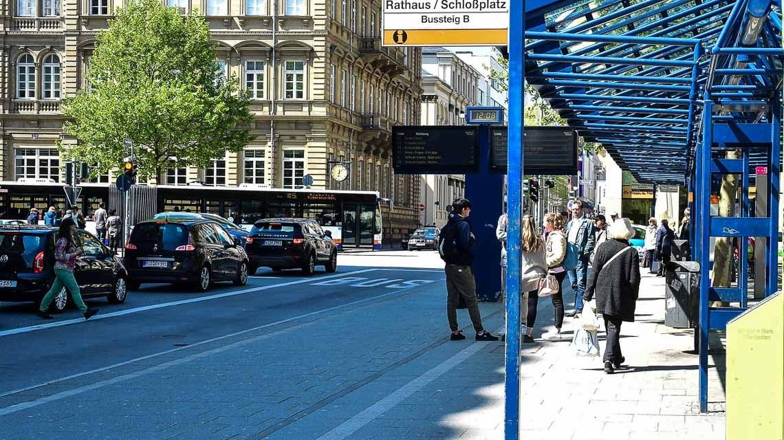 Montagmittag, Bushaltestelle Dern'sches Gelände. Bild: Volker Watschounek