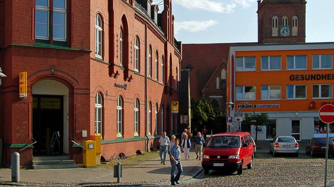 Symbolbild: Postgebäude am Marktplatz in Bergen auf Rügen. Gerhard Giebener / pixelio.de