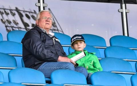 Opa Eduard und Robin beim öffentlichen Training des SV Wehen Wiesbaden in der Brita Arena.