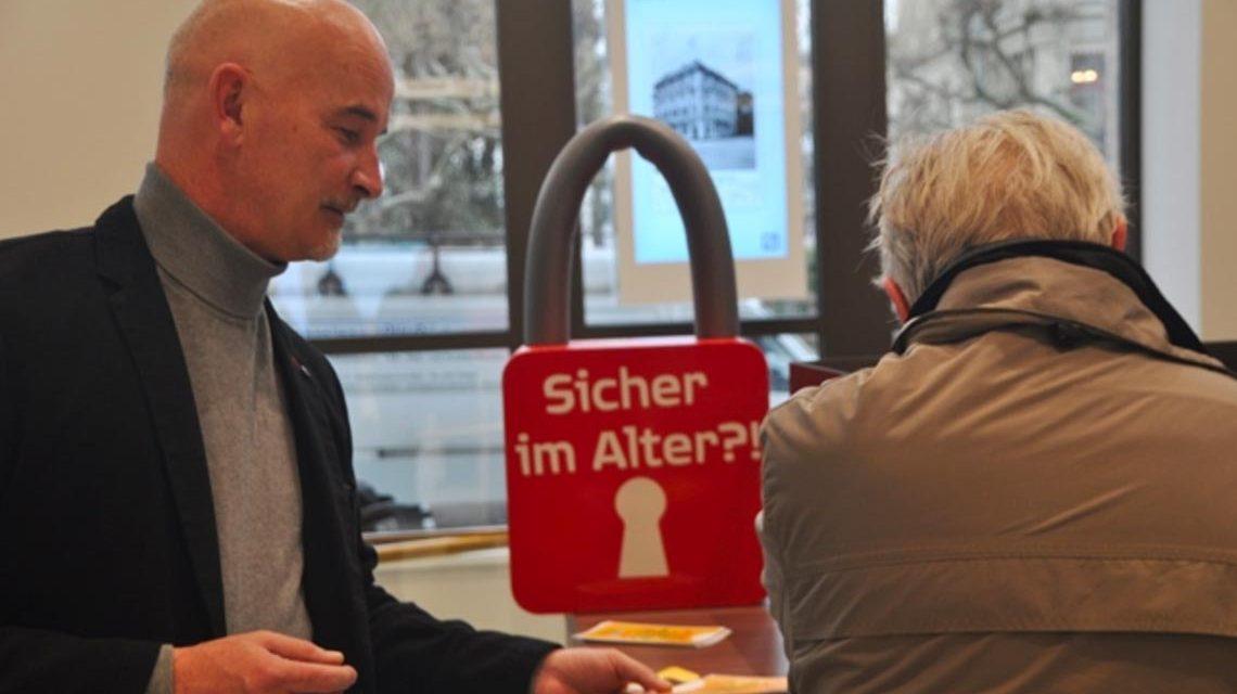 """Informationsveranstaltung im Rahmen der Kampagne """"Sicher im Alter?!"""". Bild: Polizei Westhessen"""