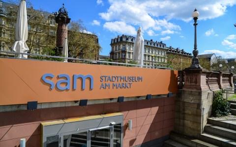 """Kunsthaus uund Stadtmuseum am Markt - Die Treppe hinunter und rein ins """"sam"""" – dem Stadtmuseum am Markt. Bild: Volker Watschounek"""
