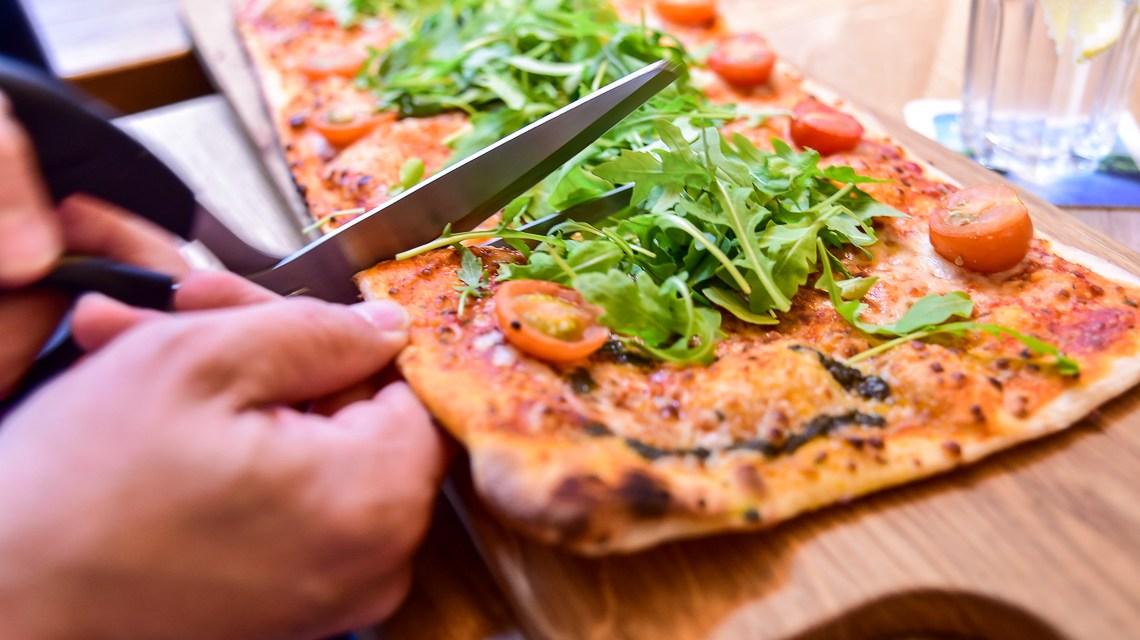 Mittags im Cafe del Sol und Pizzaessen mit einem ganz eigenen Besteck. Bild: Lutz Müller