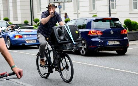 Dirk Vielmeyer vom Bündnis Verkehrswende führt den Fahrradkorso durch Wiesbadens Innenstadt an. Bild: Volker Watschounek