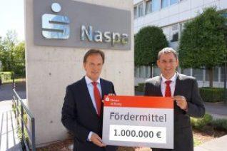 Naspa-Vorstandsvorsitzenden Günter Högner übergibt Wiesbadens Oberbürgermeister Sven Gerich symbolisch einen Scheck üner 1. Million Euro. Bild: Naspa