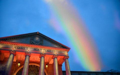Regenbogen über dem Kurhaus Wiesbaden. Bild: Volker Watschounek