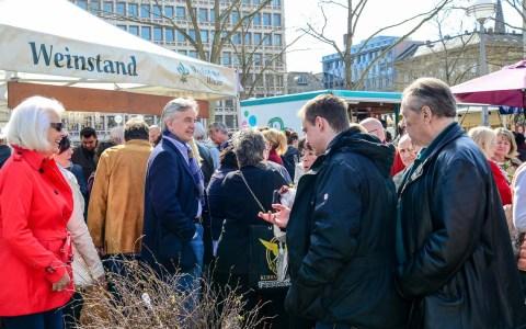 Impressionen vom Wiesbadener Wochenmarkt ... Marktfrühstück ... lang ewartet und heiß ersehnt – Immer gern gesehen. Bild: Volker Watschounek