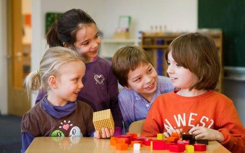 Kinder Lernen Rechnen, Lesen, Schreiben - aber auch Kind zu sein. Bild: Montissori Schule