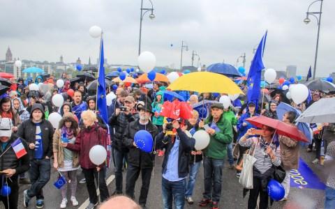 Mit Luftballons in den Farben der Trikolore setzten die Teilnehmer beim symbolischen Brückenschlag auf der Theodor-Heuss-Brücke ein zeichen für Europa. Bild: Olaf Klein