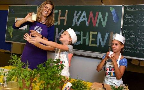 Sarah Wiener beim Butterschütteln mit Kindern im Rahmen der regionalen Auftaktveranstaltung für Ich kann kochen! Foto: Ronny Harmann