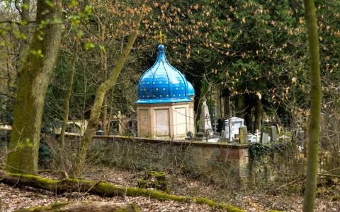 Der russische Friedhof in Wiesbasden ist mit einer Ziegelsteinmauer eingefasst. Bild: Violker Watschounek
