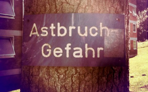 Wer kann, soll Bäume gießen. Schilder warnen vor Astbruch. Bild: flickr / Henrie Schnee / CC-BY SA.20