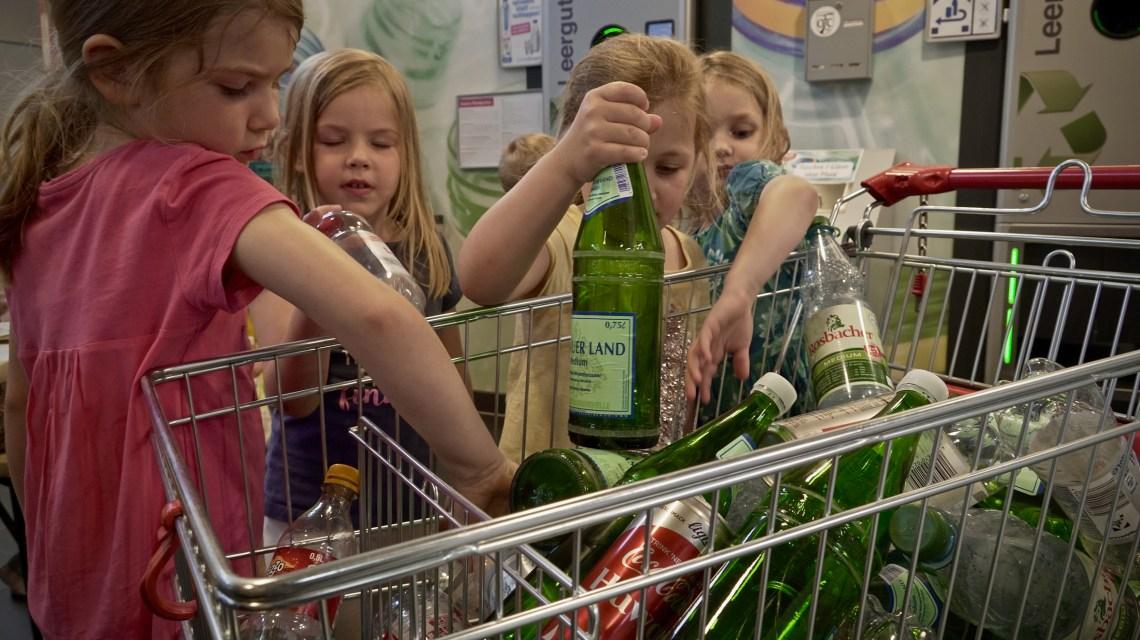 Altgals: Schüler sortieren Flaschen. Bild: Aktuion Sauberhaftes Hessen