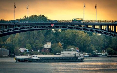 Die Theodor-Heuss-Brücke verbindet Wiesbadnes Stadtteil Mainz-Kastel mit der rheinland-pfälzischen Landeshauptstadt Mainz. Bild: Sebaso / Flickr