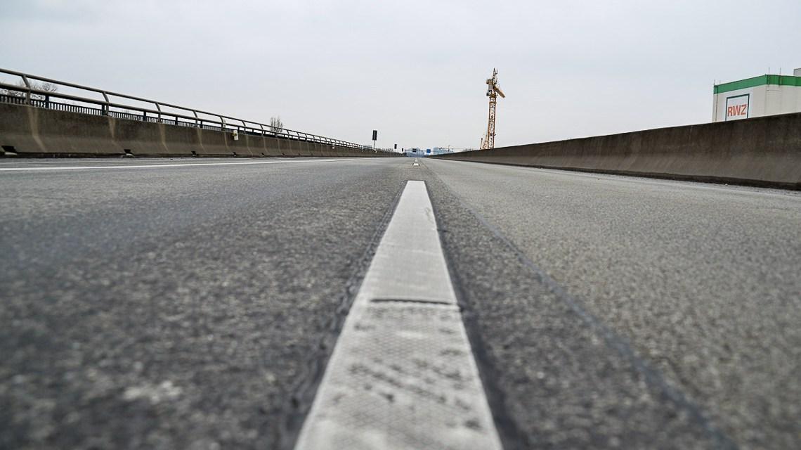 Schiersteiner Brücke: Blick über die leere A643 auf den aus Mainz kommenden Verkehr. Archivbild: Volker Watschounek