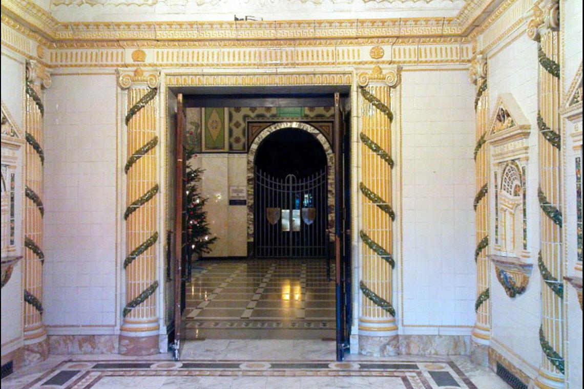 Blick durch den Eingangsbereich ins Foyer der Kaiser-Friedrich-Therme. Bild: Mattiaqua